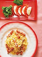 厚切りベーコンのカルボナーラ/トマトとモッツァレラのカプレーゼ