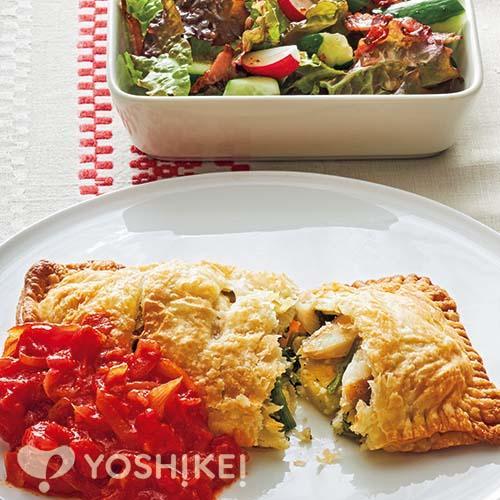 トマトソースで食べる白身魚のパイ包み/カリカリベーコンのバジルオリーブドレッシング