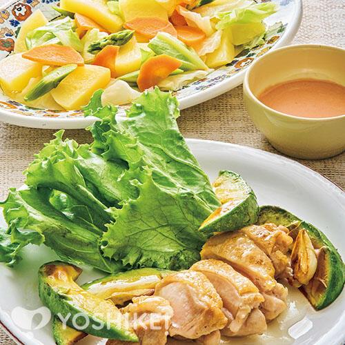 ライムとレモンのドレッシングで食べるチキンソテー/温野菜のオーロラソース添え