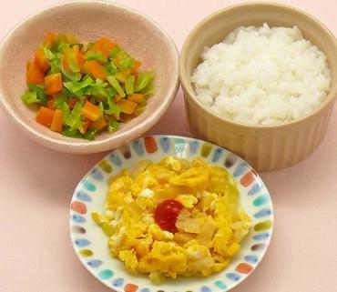 玉葱のオムレツ風・グリーンリーフと人参のやわらか煮・おかゆ