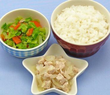 鶏肉と玉葱のレンジ蒸し・キャベツと人参のやわらか煮・おかゆ
