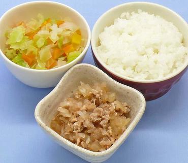 豚肉と玉葱のケチャップ煮・キャベツと人参のおひたし・おかゆ