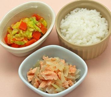 さけと玉葱のレンジ蒸し・二色野菜の煮もの・おかゆ