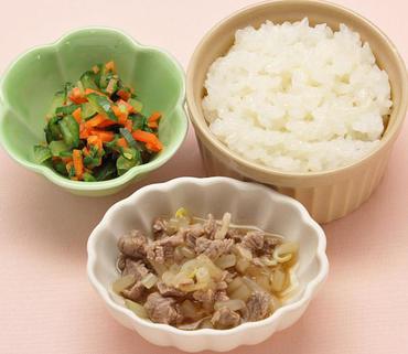 牛肉ともやしの煮もの・温野菜サラダ・おかゆ