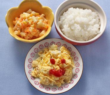 チーズオムレツ・マカロニサラダ・おかゆ