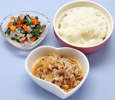 豚肉と玉葱のケチャップ煮・三色あえ・おかゆ