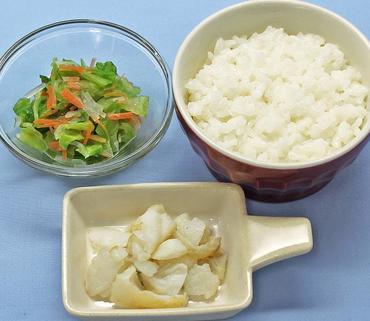 白身魚のムニエル・三色野菜サラダ・おかゆ