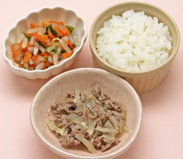 牛肉と玉葱の煮もの・3色あえ・おかゆ