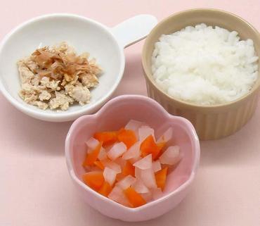 ゆで鶏のおかかのせ・玉葱と人参の煮もの・おかゆ