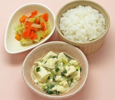 くずし豆腐の麻婆風・二色あえ・おかゆ