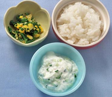 2色野菜のヨーグルトサラダ・ほうれん草のコーン煮・おかゆ