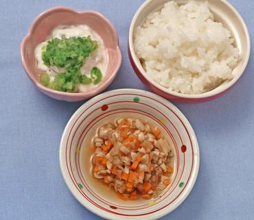 お豆と根菜の煮もの・レタスのヨーグルトサラダ・おかゆ