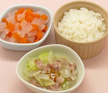 豚肉とグリーンリーフのとろみあえ・大根と人参のやわらか煮・おかゆ