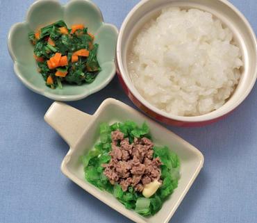 牛肉の温野菜サラダ・水菜と人参の煮びたし・おかゆ