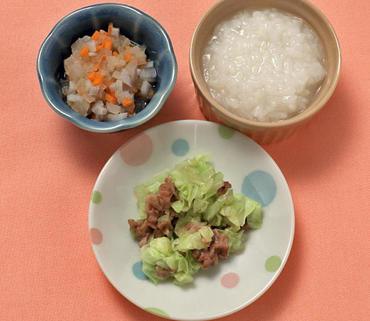 豚肉とキャベツのレンジ゙蒸し・根菜のやわらか煮・おかゆ