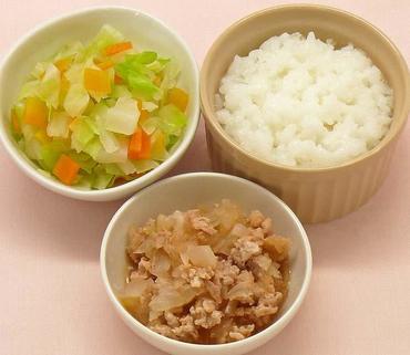 豚肉と玉葱のケチャップ煮・二色あえ・おかゆ