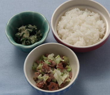 豚肉とキャベツのレンジ蒸し・青菜と玉葱のやわらか煮・おかゆ