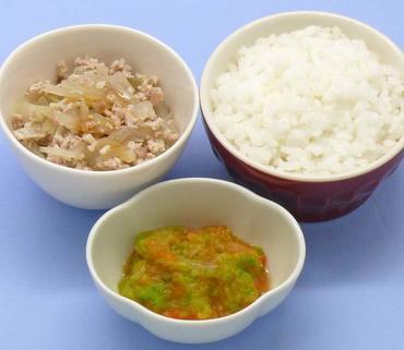 豚肉と玉葱の煮もの・白菜と人参のつぶしあえ・おかゆ