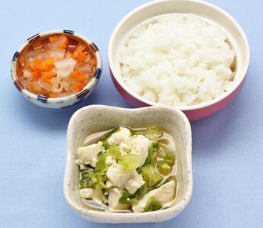 豆腐とキャベツのやわらかあえ・玉葱と人参の煮びたし・おかゆ