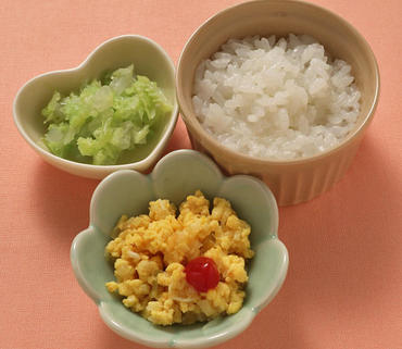 玉葱のオムレツ風・グリーンリーフのやわらか煮・おかゆ