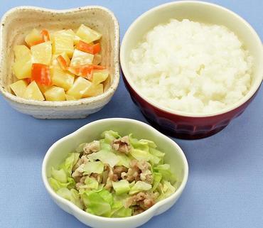 豚肉とキャベツのレンジ蒸し・ポテトサラダ・おかゆ