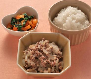 牛肉ともやしの煮もの・青菜と人参のやわらかあえ・おかゆ