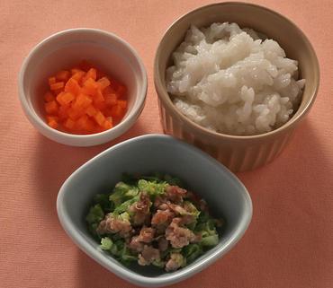 豚肉とキャベツのレンジ蒸し・人参の甘煮・おかゆ