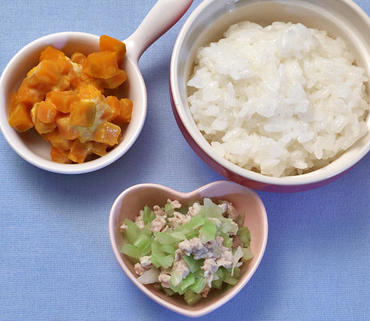 豚肉とキャベツのレンジ蒸し・パンプキンサラダ・おかゆ