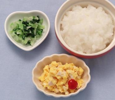 チキンオムレツ・ほうれん草とキャベツのやわらか煮・おかゆ