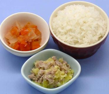 豚肉とじゃが芋のつぶしあえ・玉葱と人参の煮もの・おかゆ