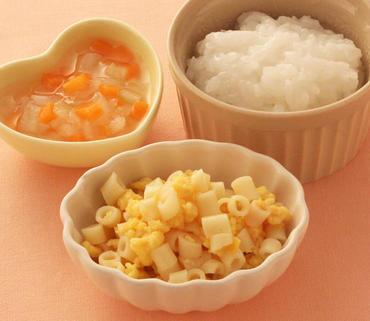 たまごとマカロニのケチャップあえ・玉葱と人参のとろみ煮・おかゆ