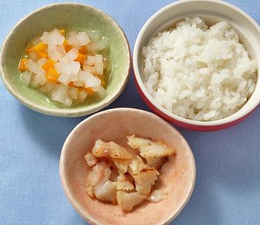 白身魚ソテー・大根と人参の煮もの・おかゆ