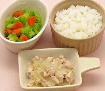 鶏肉と玉葱のレンジ蒸し・キャベツと人参のケチャップ煮・おかゆ