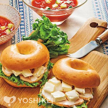 スモークチキンとクリームチーズのベーグルサンド